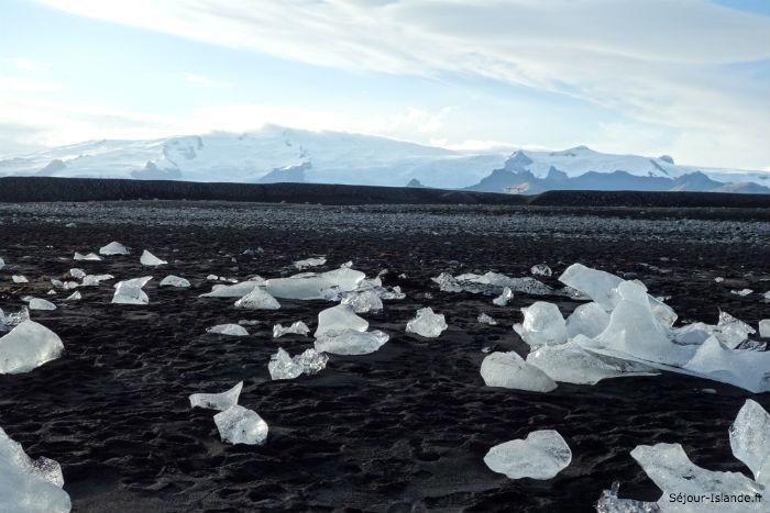 Icebergs et glaçons sur la plage de sable noir en Islande