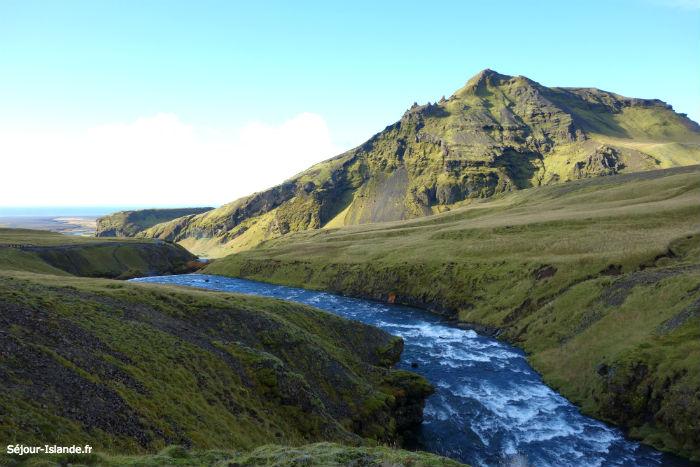Découvrir les paysages islandais lors d'une randonnée au printemps