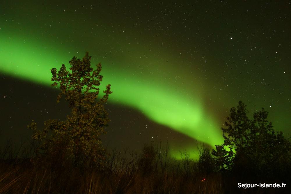 Admirer les lumières vertes dans le ciel d'Islande