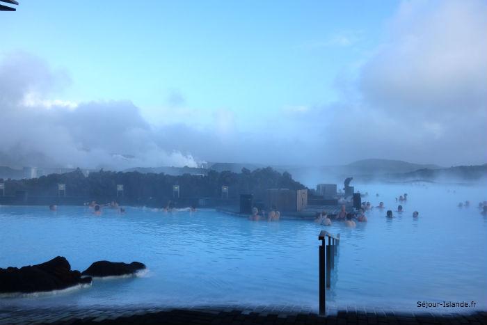 Se baigner dans les sources chaudes en Islande