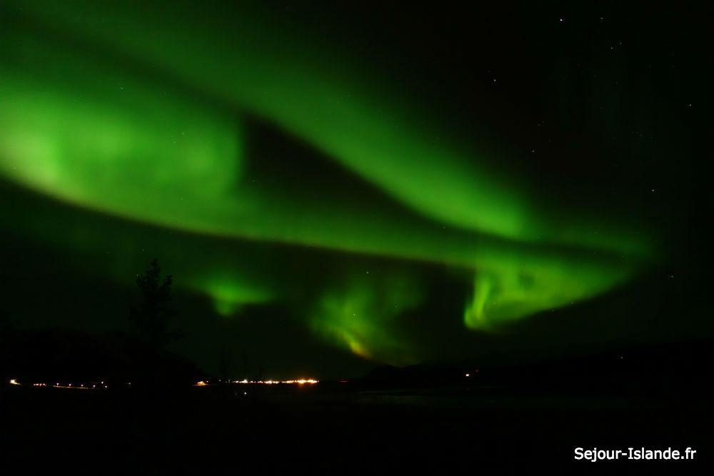 Forme dans une aurore boréale en Islande